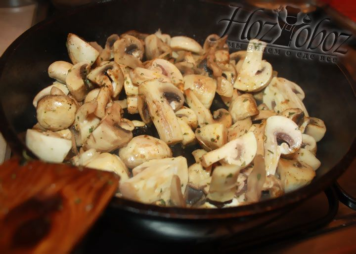 Разогреваем на сковороде растительное масло и в течение 3-5 минут обжариваем в нем грибы. Затем добавляем соль и специи по вкусу