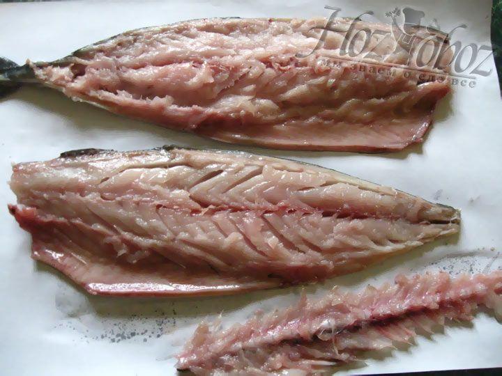 Чтоб подготовить рыбу к фаршировке необходимо удалить жабры и плавники. Кроме того, две скумбрии должны быть без головы, а у третьей голова не отрезается