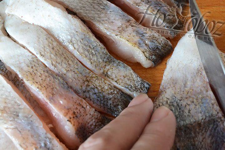 Рыбу надрезаем вдоль хребта и разделяем на филе, освобождая при этом от костей