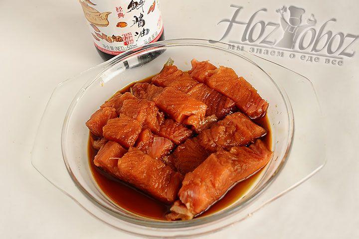 Куски лосося укладываем в миску и заливаем соевым или рыбным соусом