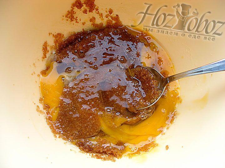 Теперь сладкую масляную смесь смешиваем с яйцами