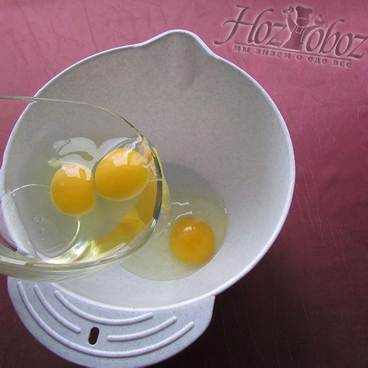 В другую миску выкладываем яйца