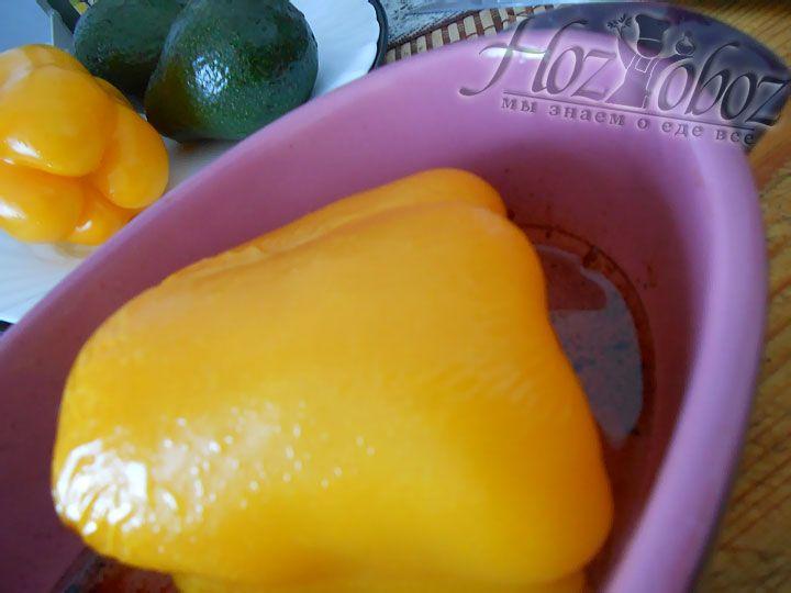 Тем временем болгарский перец помещаем кладем на смазанный растительным маслом противень и помещаем в духовку. Запекаем перец нужно при температуре 180 градусов около 15 минут