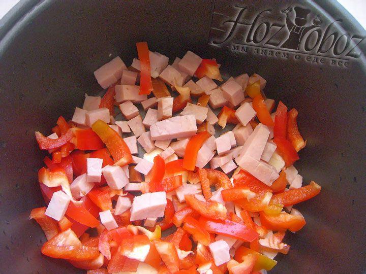 Когда масло растопится, высыпаем в чашу ветчину и нарезанный перец. Выбираем программу под названием «Жарка», время – 10 минут. Жарить можно в закрытой мультиварке или в открытой, периодически помешиваем