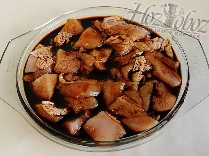 В нарезанную курицу выливаем половину приготовленного соуса и маринуем 30 минут
