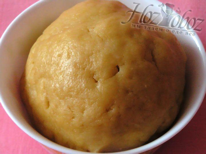 Из маслянной крошки и желтков замесим мягкое эластичное тесто и охладим его в холодильнике примерно 20 минут