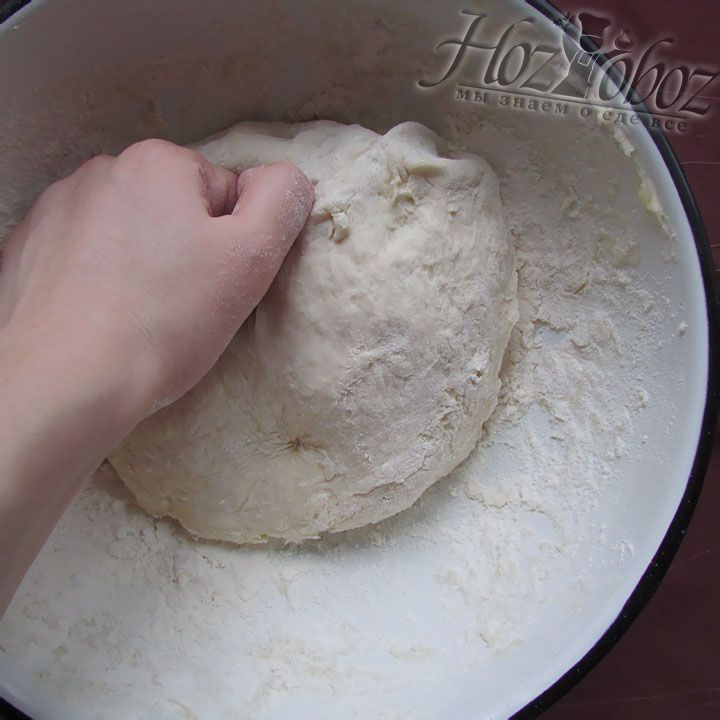 Теперь вручную замешиваем тесто