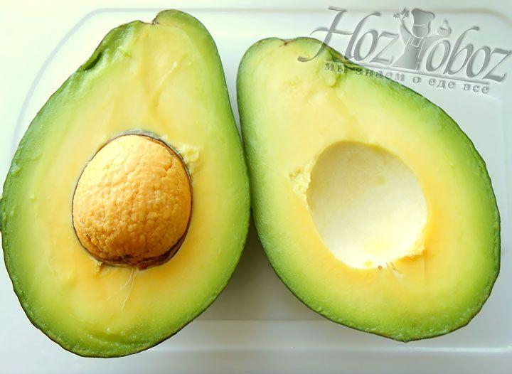Авокадо разреза вдоль плода до соприкосновения с ядром, аз атем просто разламываем на две части вручную. Затем аккуратно с помощью ложки вынимаем мякоть