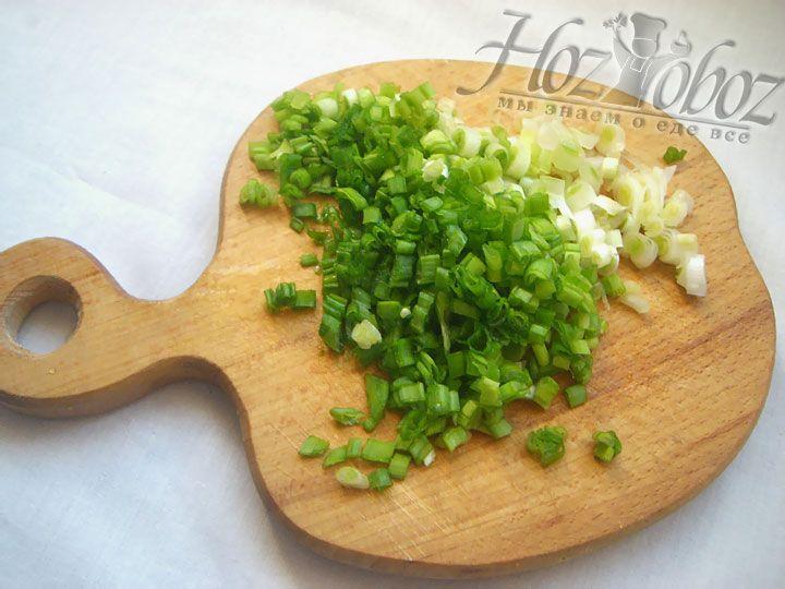 Пока ветчина и перец жарятся нарежем зеленый лук