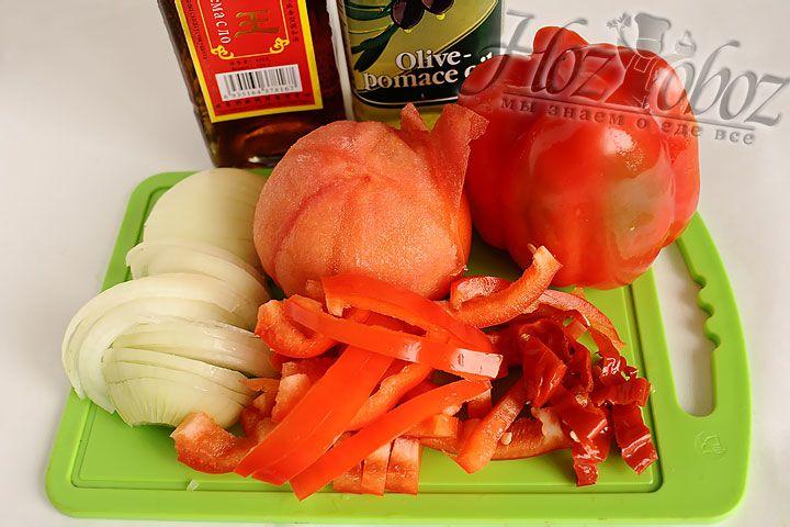 Обдаем кипятком томаты и снимаем кожу. Перец шинкуем соломкой, а лук полукольцами