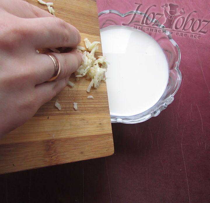 Готовим соус: смешиваем сливки и чеснок