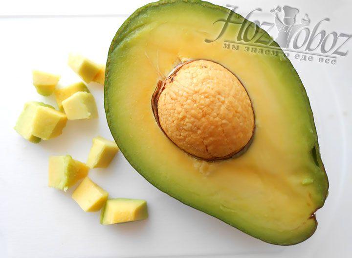 Полученную внутренность плода авокадо нарезаем кубиками