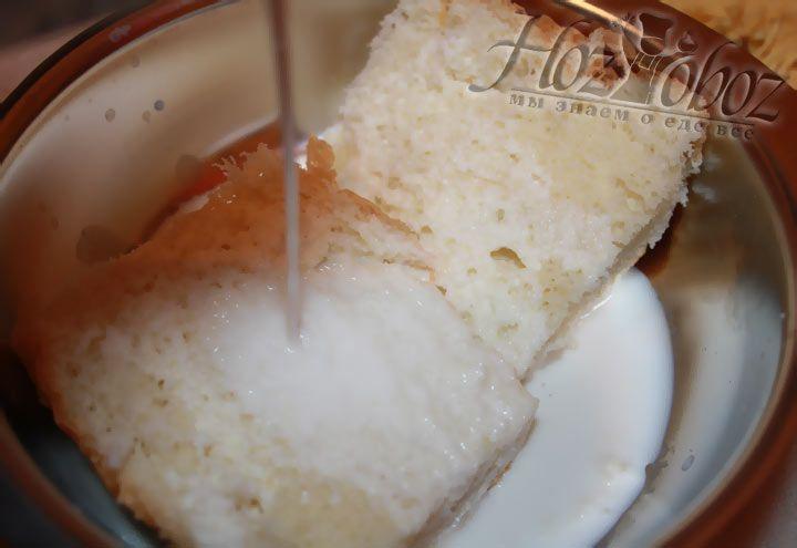Размачиваем в молоке небольшой ломтик черствого белого хлеба