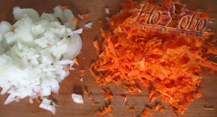 Готовим овощи. Морковь чистим и натираем на терке, лук нарезаем кубиками