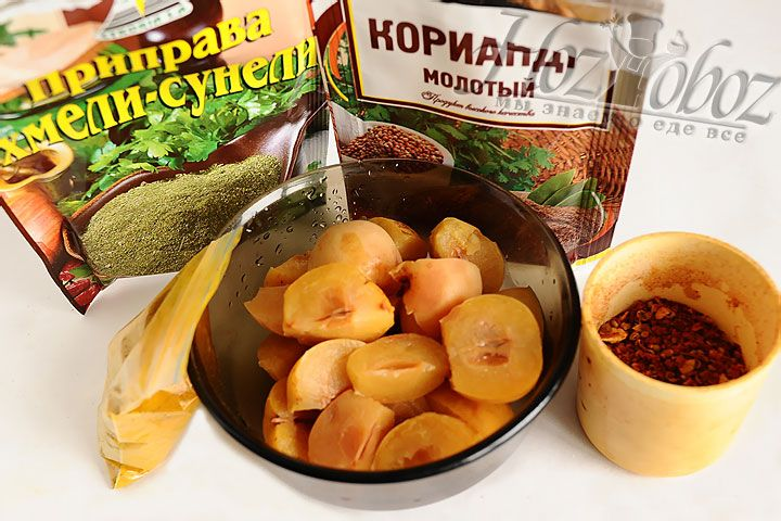Теперь пришло время особого ингредиента - яблок «ранеток», нарезанных кусочками