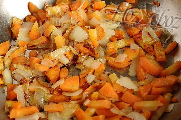 Обжариваем на растительном масле лук и морковь