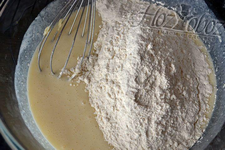 Тесто месим не руками, а ложкой, добавляя муку и немного разрыхлителя