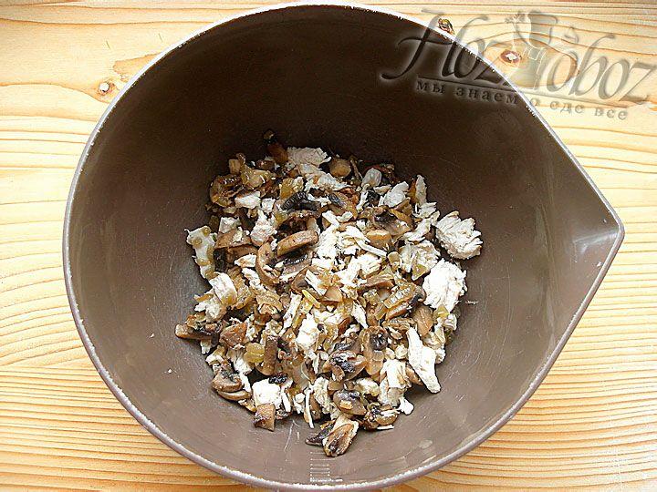 Теперь в отдельной посуде соединяем курицу, грибы и нарезанный лук