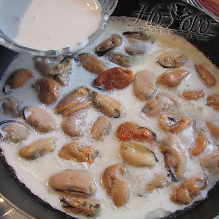 В сковороду с обжаренными мидиями заливаем чесночный соус