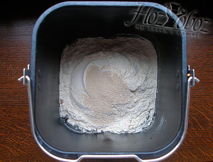 Чашу с содержимым ставим в хлебопечку и выбираем нужный режим выпекания