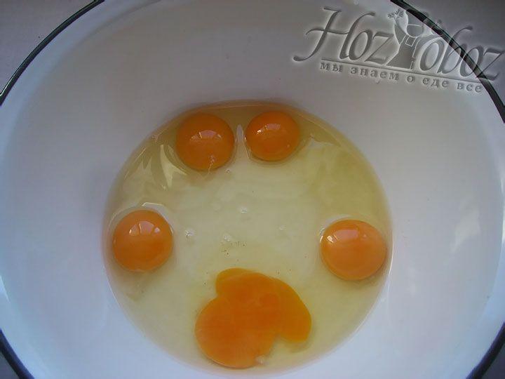 В глубокой посуде взбиваем куриные яйца