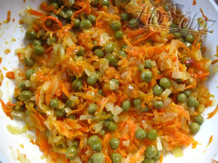 Обжариваем на оливковом масле лук и пасеруем затем с морковью. Овощи следует посолить и поперчить. Далее добавляем консервированный горошек и все перемешиваем