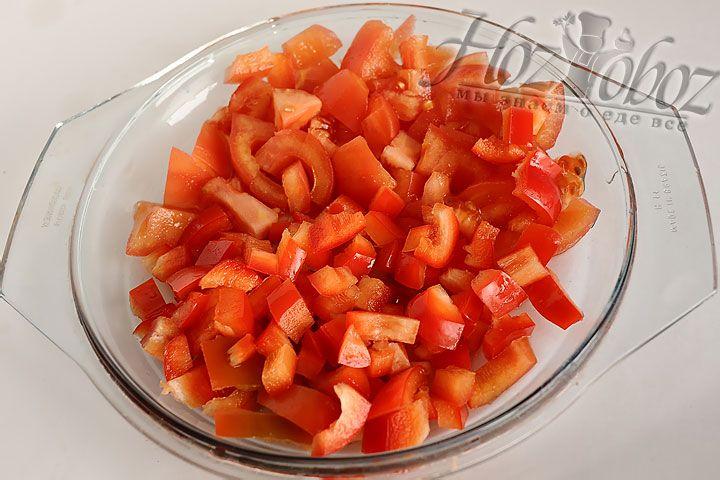 В пасееровку добавим нарезанные перцы и мякоть помидоров