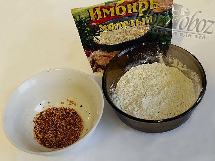 Готовим смесь для пинировки: смешаем муку, кукурузный крахмал, сушенный имбирь и соль