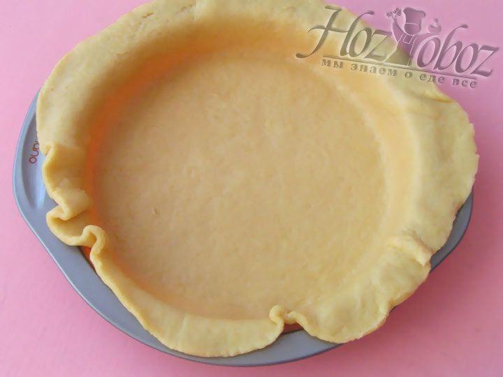 Охлажденное тесто достаем из холодильника и раскатываем коржем до толщины около 5 мм. После корж укладывается в формуи распределяется по ней вручную