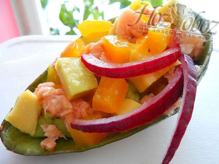 А теперь просто смешиваем все заготовленные ингредиенты и выкладываем в оставшиеся от авокадо шкурки