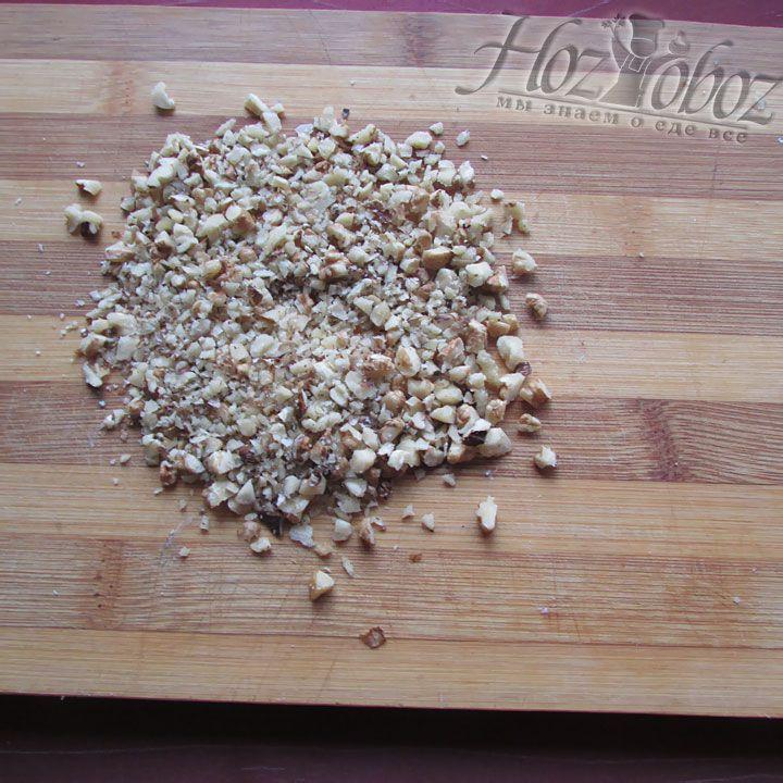 Орехи измельчаем в блендере в крошку