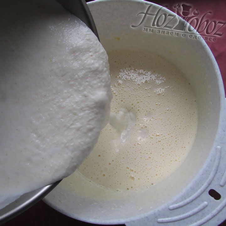 Теперь во взбитые яйца вводим манку на кефире