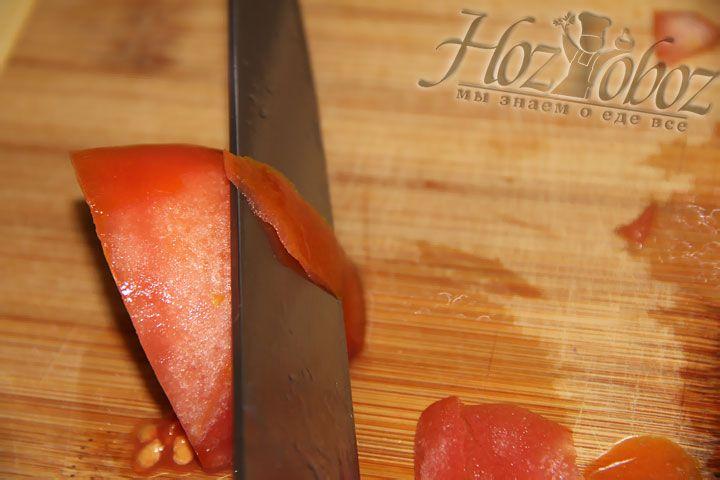 Желательно перед использованием помидора снять с него кожуру, обдав кипятком