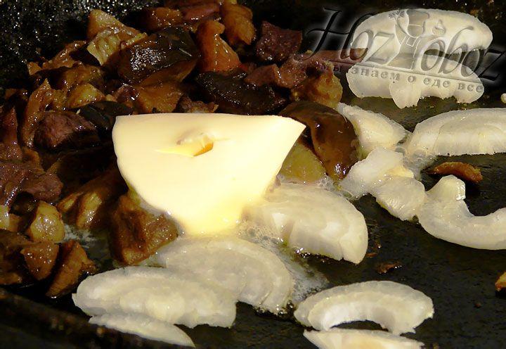 Чтобы приготовить картофельно-грибные котлеты, готовый фарш смешиваем с шампиньонами – это будет исходный фарш для формирования картофельных котлет