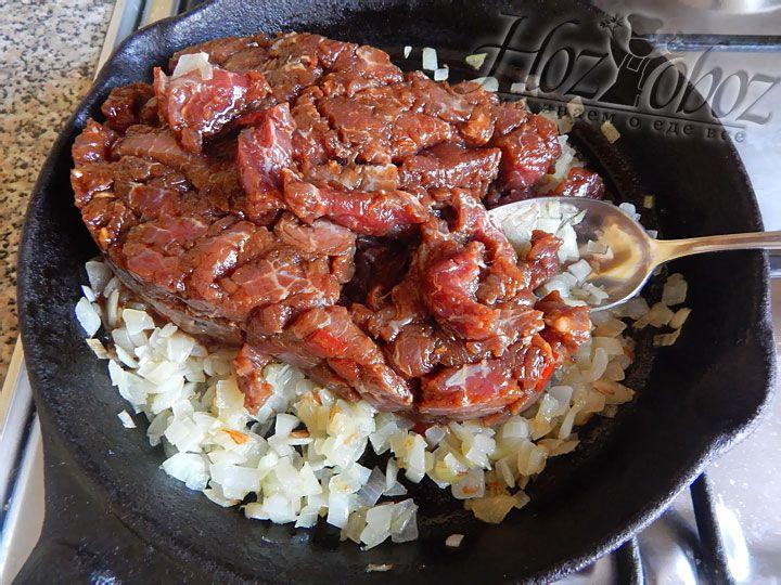 Теперь в сковородку с луком кладем замаринованное мясо