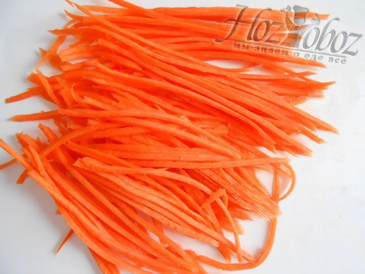 Морковь чистим и натираем на терке для восточный салатов. Соломка должнв быть тонкой и очень длинной - так блюдо получится красивее