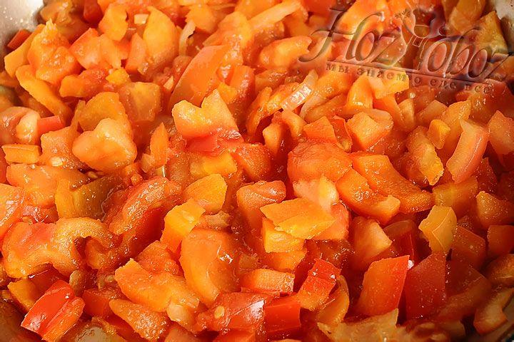 В овощную заправку добавляем томатную пасту и сахар, а потом тушим 10 минут, после чего отправляем в кастрюлю с бульоном