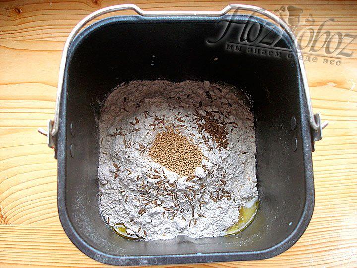 Хлеба без дрожжей не бывает, так что кладем сухие дрожжи и ставим чашу в прибор. Выбираем размер хлеба - «маленький» и режим для выпечки ржаного хлеба. Если специальный режим в вашей печке отсутствует подойдет обычный классический