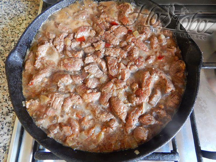 Мясо и зажарку тщательно смешиваем и обжариваем на сильном огне около 7 минут
