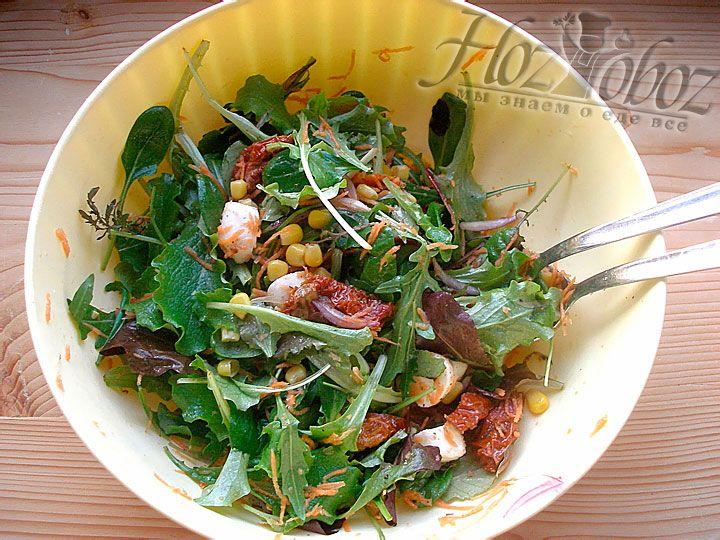 Теперь блюдо следует посолить, а также  заправить специями и оливковым маслом
