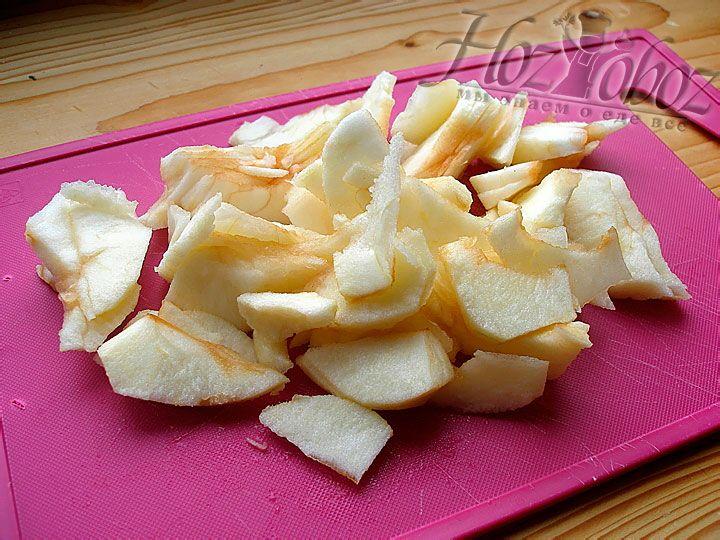 Чистим яблоки и нарезаем их пластинами