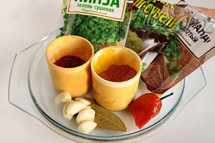 Теперь суп следует приправить солью и специями по вкусу, а затем проварить 3 минуты, соединить с отварным мясом и дать настояться под крышкой