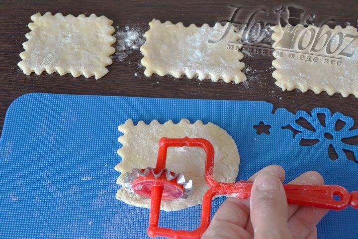 Каждый кусочек раскатываем скалкой в прямоугольник и декорируем края
