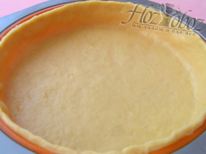 Выпекаем основу для нашего пирога в разогретой духовке около 15 минут