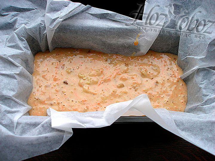 Форму устилаем бумагой для выпечки и выкладывам внутрь кекс. Выпекать десерт следует в духовке при температуре 180 градусов примерно 40 минут