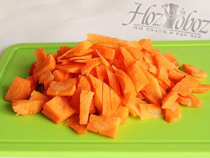 Нарезаем лук и морковь, закладываем их на сковороду с разогретым растительным маслом и обжариваем до прозрачности