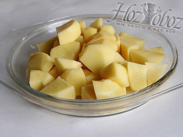 Картофель для этого рецепта необходимо очистить от кожуры и нарезать кубиками. После чего его тоже следует потушить с остальными овощами