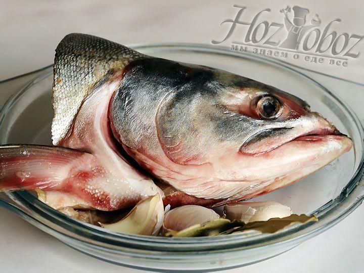 Пришел черед рыбы - у нас это горбуша. Рыбную голову следует хорошенько промыть холодной водой и удалить жабры. Затем голову, в зависимости от размера, необходимо разделить на 4 - максимум 6 частей. Рыбу следует забросить примерно минут через 10 после картофеля