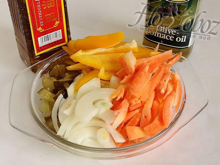 Все овощи нарезаем соломкой, а для того чтобы придать блюду кислинку к овощам можно добавить также ананасы или соленые огурцы