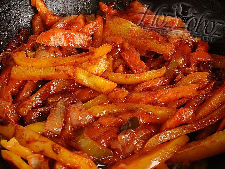 На отдельной сковороде нагреваем идентичную смесь масел и обжариваем марковь, лук, а затем через пару минут добавляем огурцы и болгарский перец. Ждем испарения жидкости, дабавляем томатную пасту и воду, а также остатки крохмала и соевого соуса . Теперь снова все тушим и получаем отличные овощи в в пикантном соусе